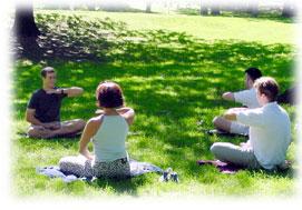 美國新學員在公園裡學煉法輪功功法(明慧網)