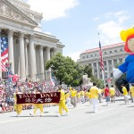 法轮功队伍在美国首都独立日游行受欢迎