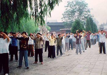 """法轮功洪传义县,法轮功学员在""""奉国寺""""炼功。"""