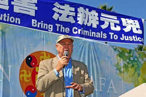 美国国会议员达纳·罗拉巴克(Dana Rohrabacher)支持法轮功学员控告江泽民(明慧網)