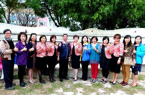 台东兰馨交流协会和台东市长张国洲(左6)参与法轮功学员向李洪志大师拜年活动。(明慧网)