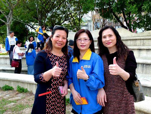 新光人寿处经理林秋美(左)与法轮功学员合影。(明慧网)