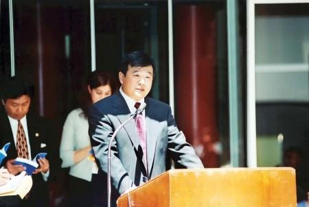 1999年6月25日,李洪志师父在接受美国伊利诺伊州州长、州财政部长和芝加哥市长嘉奖的颁奖仪式上讲话。(明慧网)