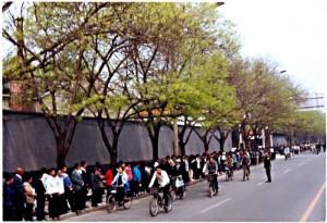 1999年4月25日,法輪功學員上訪的歷史照片。(大紀元)