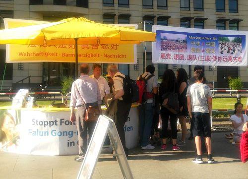 法轮功学员在德国的勃兰登堡门前广场上揭露中共的迫害(明慧网)