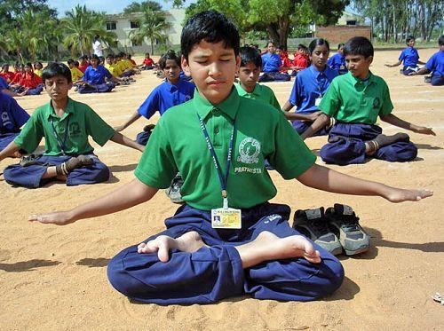 印度学生在学炼法轮功(明慧图片)