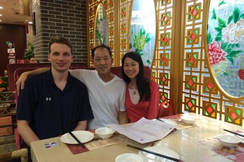 王晓丹(右)18岁离开父亲(中),18年后的2016年才与父亲在中国重逢,可是幸福是那么短暂。左一为王晓丹丈夫杰夫。(王晓丹提供)