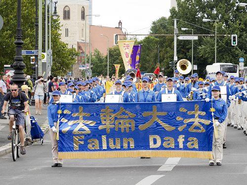 来自欧洲各国的部分法轮功学员于二零一六年七月三十日在柏林市中心举办大游行,天国乐团打头阵。(明慧网)