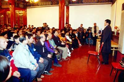 李洪志师父在北京法轮功国际法会上讲法. 北京地坛公园方泽轩(1996-11-2)