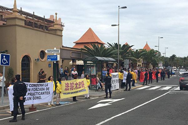 11月24日,在訪問南美三國的返程途中,中國國家主席習近平訪問西班牙加那利群島時,遇到法輪功學員和平請願。(大紀元)