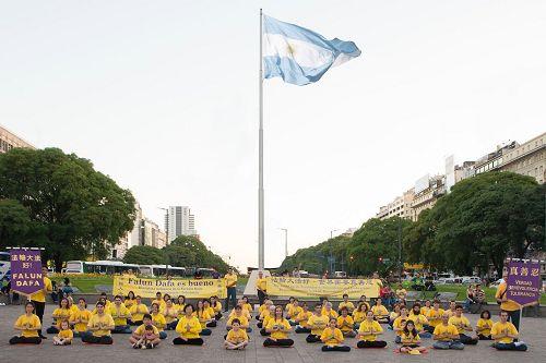阿根廷法輪大法修煉心得交流會後,法輪功學員舉辦弘法活動。(明慧網圖片)