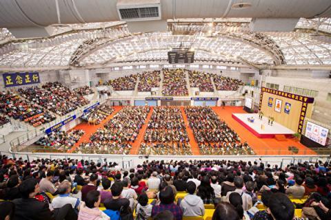2016年法轮大法台湾修炼心得交流会11月27日在台大综合体育馆举行,来自台湾、越南、韩国、日本、香港、新加坡、马来西亚、印尼及欧美等地约7,000名部分法轮功学员齐聚一堂。(大纪元)