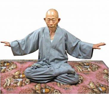 韩国僧人吴永圭正在炼法轮功第五套功法──神通加持法