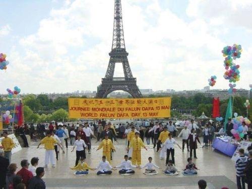 法国是法轮功来到西方的第一站,图为法轮功学员在埃菲尔铁塔前炼功。(大纪元)