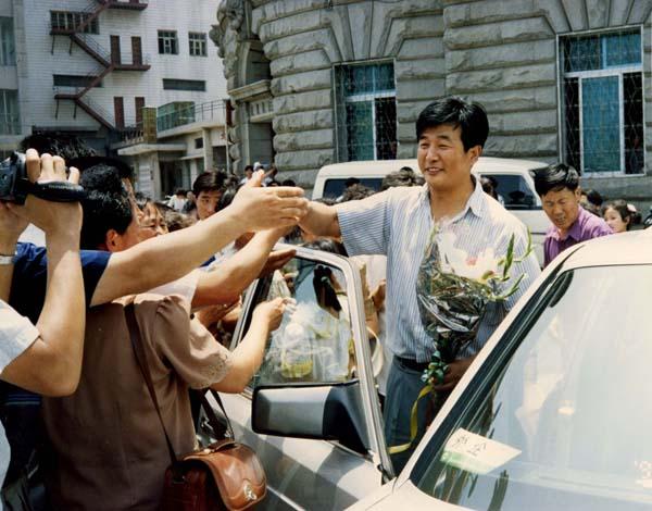 1994年7月1日,法轮功学员迎接李洪志师尊莅临大连(明慧网)